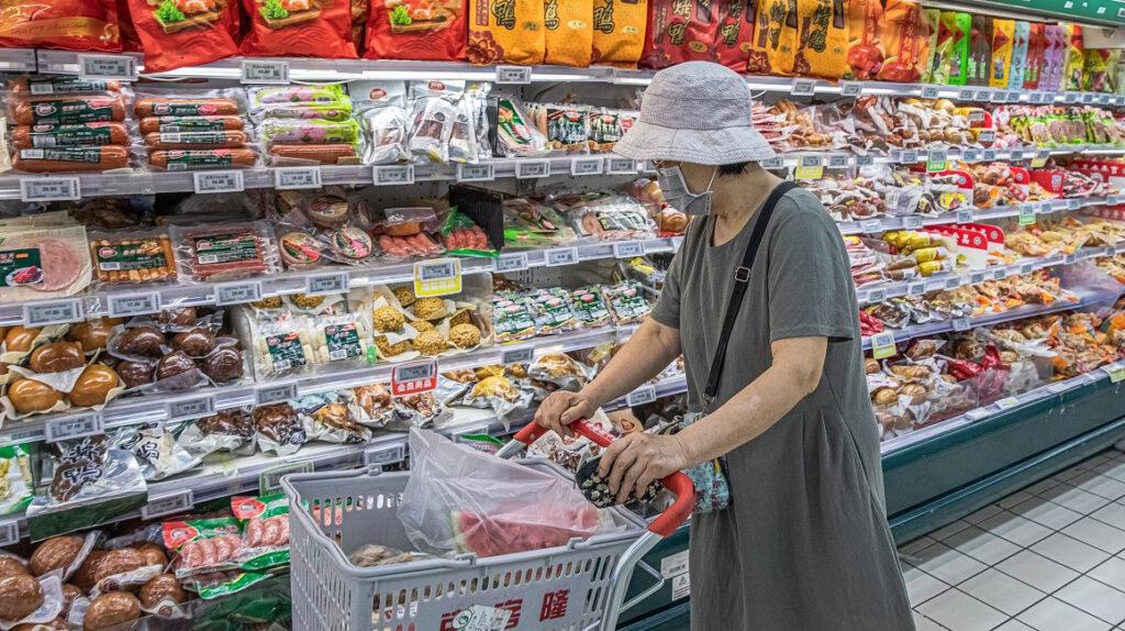 Ciudad china suspende importación de congelados tras hallar rastros de Covid-19