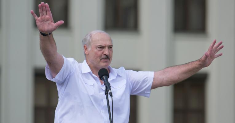 El presidente bielorruso Alexander Lukashenko pronuncia un discurso durante un mitin de sus partidarios cerca de la Casa de Gobierno en la Plaza de la Independencia en Minsk, Bielorrusia, el 16 de agosto de 2020.