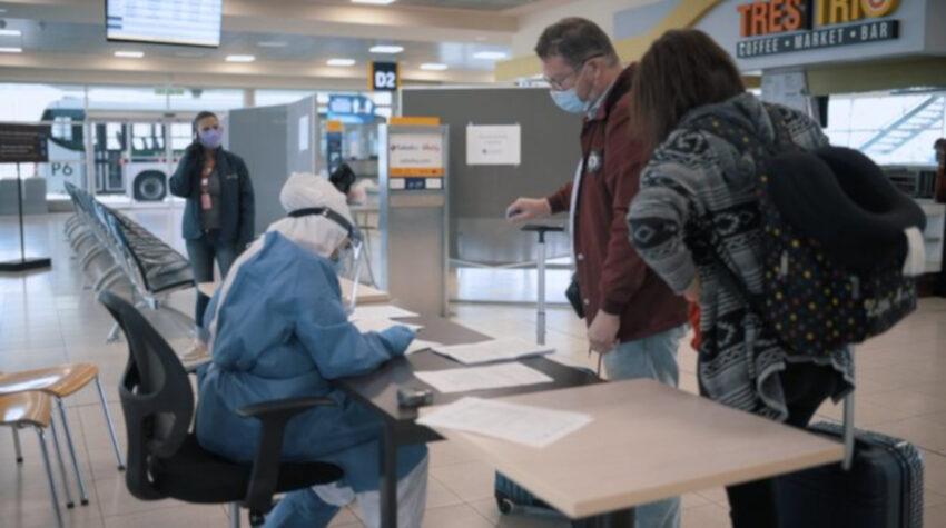 Control de pasajeros en el aeropuerto internacional de Quito, 15 de agosto de 2020.