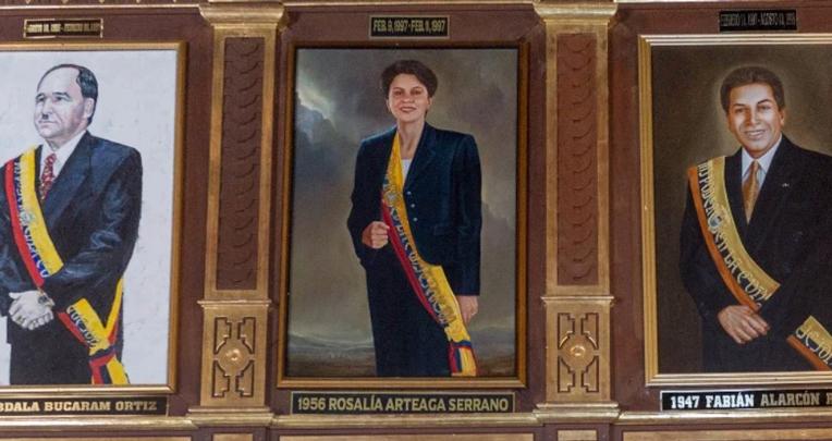 En el 2004, el Gobierno de Lucio Gutiérrez reconoció a Arteaga como expresidenta. Pero recién fue en julio de 2018 cuando se colocó su retrato en el Salón Amarillo de Carondelet.