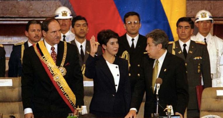 1997: posesión del presidente Abdalá Bucaram, junto a su vicepresidenta Rosalía Arteaga y el titular del Congreso, Fabián Alarcón. Atrás, Lucio Gutiérrez, edecán de Bucaram. Todos ellos llegaron a ser presidentes.