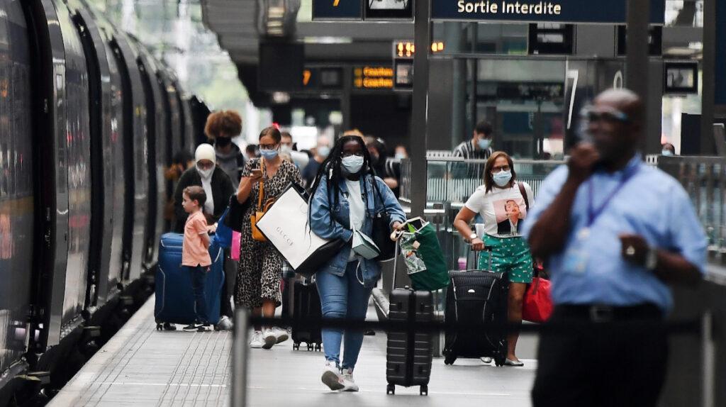 Reino Unido impone más restricciones ante nueva cepa de Covid-19