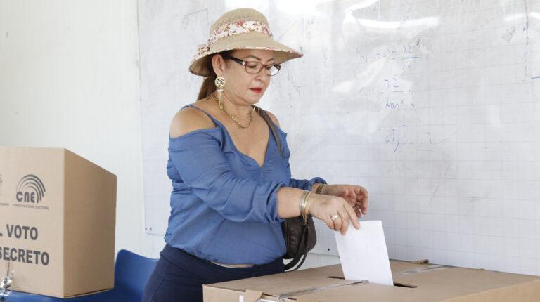 Una ciudadana deposita su voto en las elecciones seccionales de 2019.