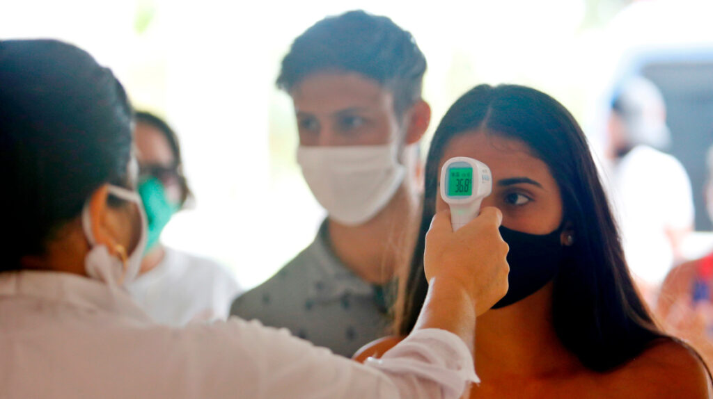 Médicos recomiendan tomar la temperatura en la frente, no en la muñeca
