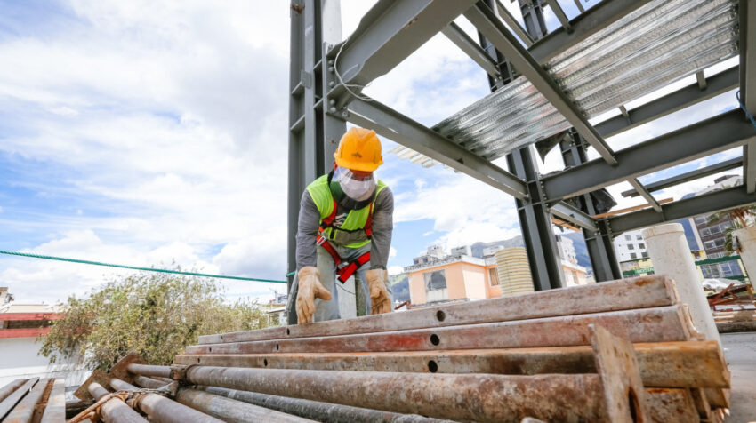Un trabajador del sector de la construcción en Quito, el 13 de agosto de 2020.