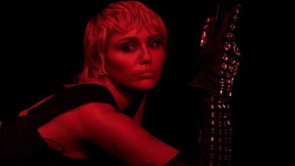 Miley Cyrus consuma su esperado retorno a la música liberada y ochentera