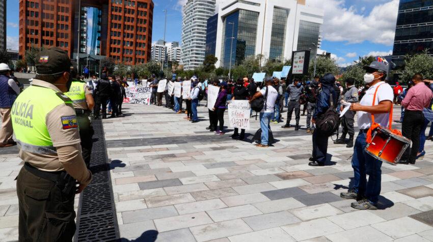 El 7 de agosto de 2020, miembros de la Policía resguardaron la Plataforma Financiera, en Quito, durante el plantón de un grupo de proveedores del Estado.