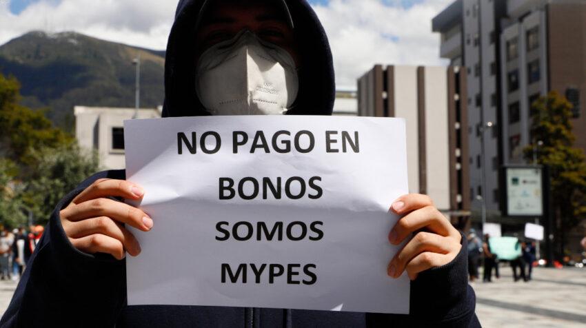 Una persona sostiene un cartel en un plantón de proveedores del Estado en Quito, el 7 de agosto de 2020.