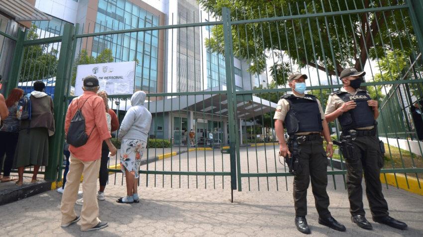 Custodia policial en el hospital Abel Gilbert de Guayaquil este 11 de agosto de 2020. En esa casa de salud está internado Oren Sheinman.