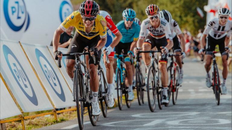 Richard Carapaz, después de su caída en la cuarta etapa del Tour de Polonia, el sábado 8 de agosto de 2020, intentando alcanzar al líder Remco Evenepoel.
