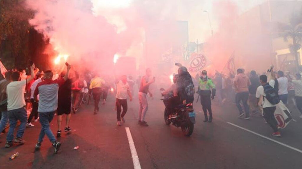 Suspenden el regreso del fútbol en Perú por  aglomeración de hinchas