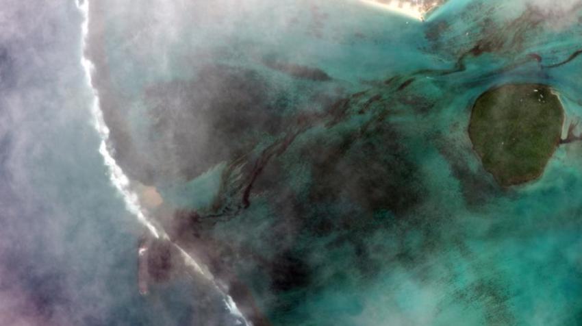 El derrame en la isla Mauricio avanza hasta la playa.