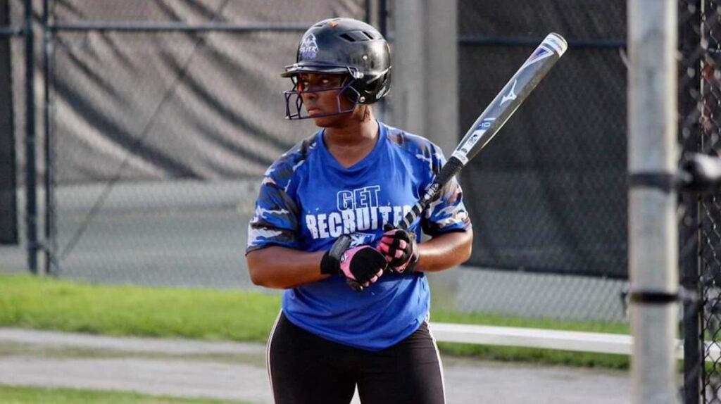 Dara Ayoví: la softbolista ecuatoriana que ganó una beca en Miami