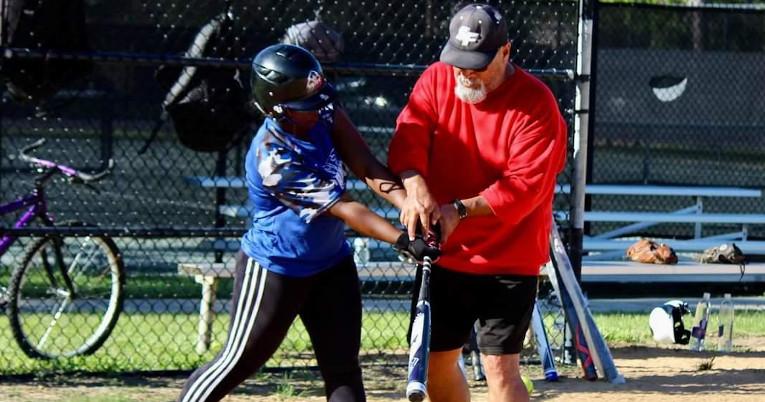Dara Ayoví junto a su entrenador Arturo Bautista, durante una práctica en ASA College, en febrero de 2020.