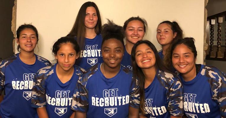 Dara junto a sus compañeras de equipo en Estados Unidos. Todas viven con el entrenador Arturo Bautista.