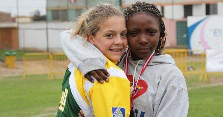 Dara junto a una deportista brasileña, en el sudamericano Sub 15 con Ecuador, en 2012.
