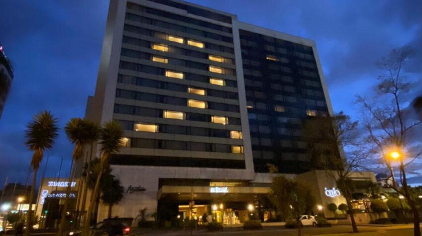 Un hotel en Quito formó un lazo a través de las ventanas de sus habitaciones el 5 de agosto de 2020.