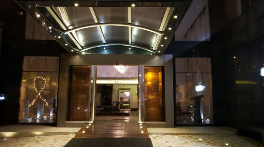Un lazo en la puerta de un hotel en Quito, el 5 de agosto de 2020.