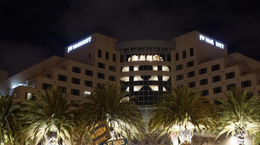 El hotel Marriot, en Quito, formó un lazo en su fachada el 5 de agosto de 2020.