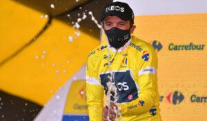 Richard Carapaz luciendo la camiseta amarilla de líder, después de ganar la tercera etapa del Tour de Polonia.