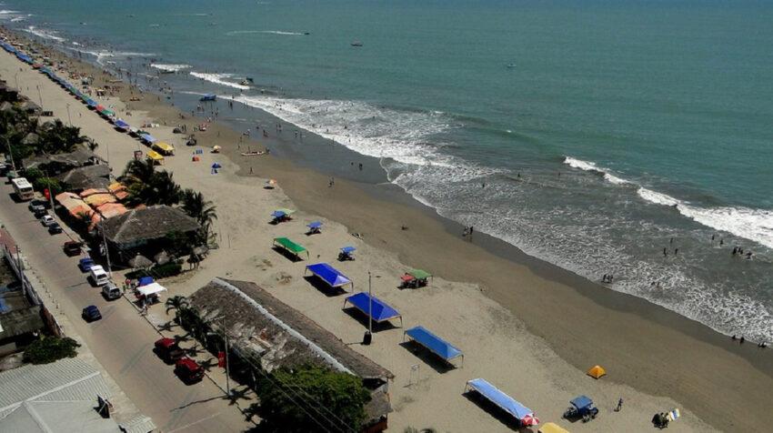 Vista aérea de la playa de Atacames en Esmeraldas, el 5 de agosto de 2020.