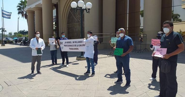 Trabajadores de la salud protestaron en los exteriores del Gobierno Zonal de Guayaquil, el 23 de julio de 2020.