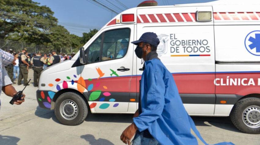 Ingreso de una ambulancia a la Penitenciaría del Litoral, donde hubo una balacera el 2 de agosto de 2020.