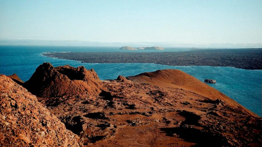 Fotografía sin fecha cedida por el Parque Nacional Galápagos que muestra el cono volcánico, ubicado en la isla Bartolomé.