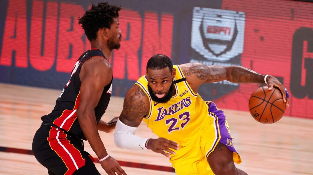 Lakers, con 59 puntos de Davis y James, vencen a Miami Heat