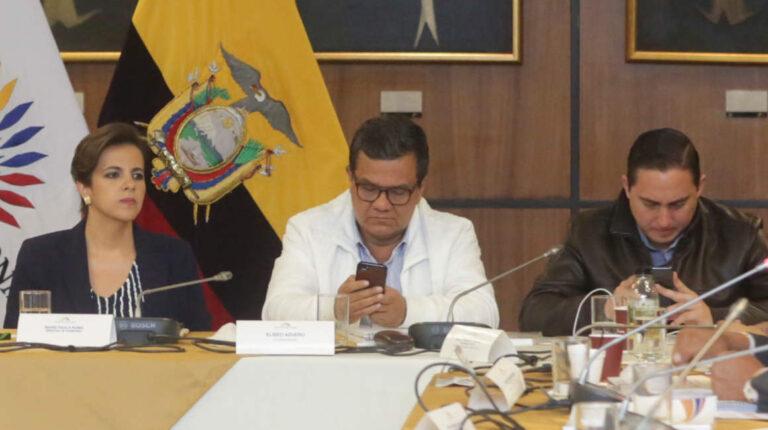 María Paula Romo, Eliseo Azuero y Daniel Mendoza durante la comparecencia de la ministra a la Comisión de Fiscalización, en el tratamiento del juicio político en su contra, el 2 de diciembre de 2019.