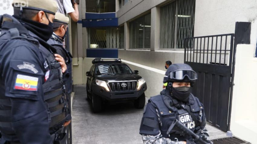 Instantes en que el carro que lleva a Jacobo Bucaram lo traslada a la audiencia de vinculación este 26 de septiembre de 2020.