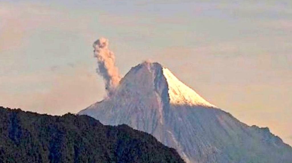 Continúan las emisiones de ceniza del volcán Sangay