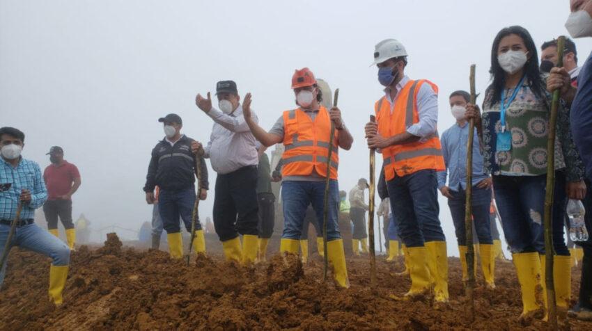 Autoridades recorren la zona donde colapsó un muro de contención de una relavera en Ponce Enríquez, el 3 de julio del 2020.
