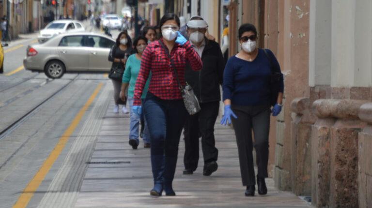 Varios ciudadanos circulan por las calles de Cuenca, en Azuay, el 22 de septiembre de 2020.