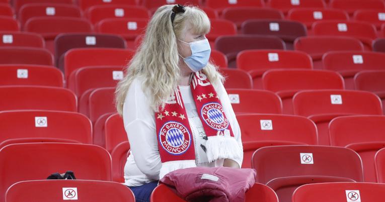 Una mujer con mascarilla viendo el partido en el Puskas Arena, en Budapest, Hungría.