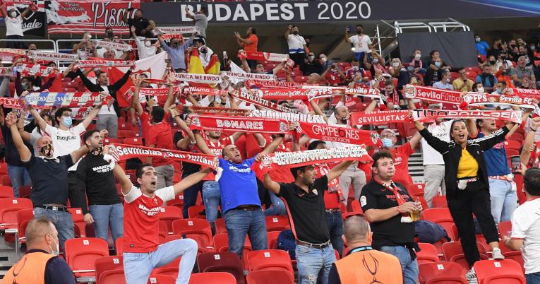 Aficionados del Bayern y Sevilla con bufandas alentando a sus equipos, el 24 de septiembre de 2020, en Hungría.