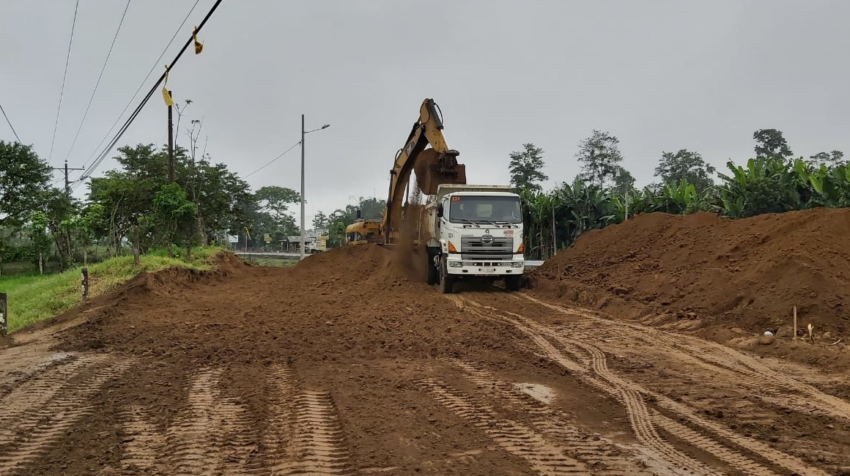 Maquinaria trabaja en la ampliación a cuatro carriles de la vía que forma parte del eje Quito - Guayaquil.