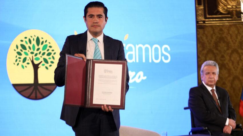 El ministro de Finanzas, Richard Martínez, y el Presidente, Lenín Moreno, celebran el cierre de la negociación de la deuda en bonos Global, el 8 de septiembre de 2020.