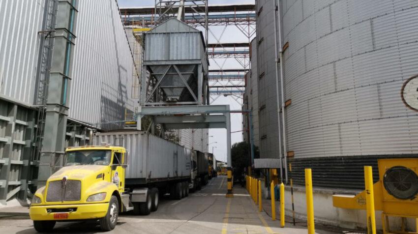 Imagen de un camión junto a los silos de Ecuagran, en Guayaquil, el 21 de septiembre de 2020.