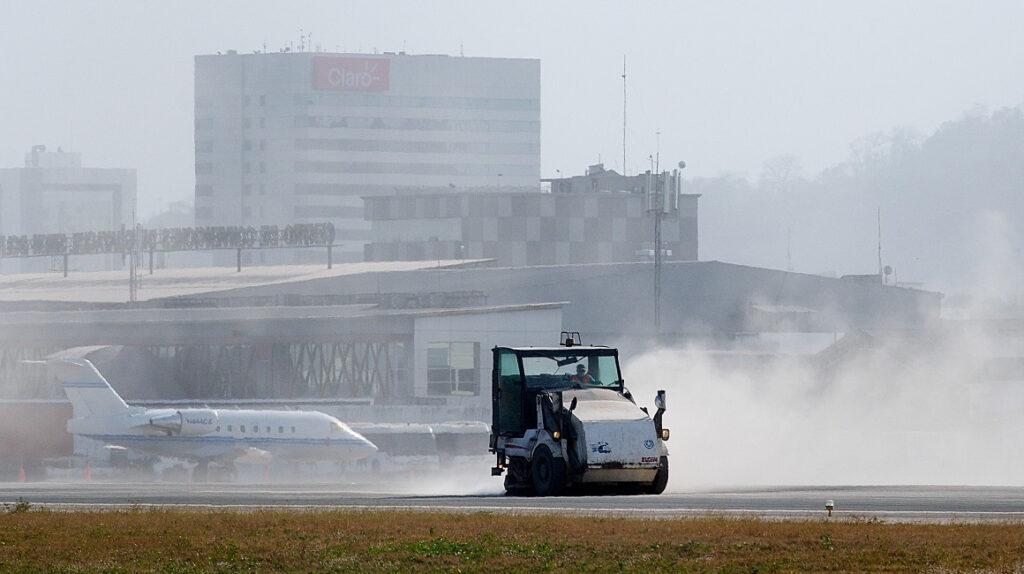 Aeropuerto de Guayaquil reanuda operaciones tras caída de ceniza volcánica
