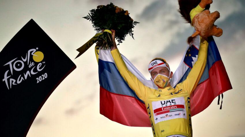 El esloveno Tadej Pogacar celebra como campeón del Tour de Francia 2020.