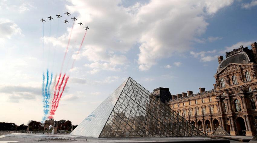 Los aviones de combate franceses pintan el cielo con los colores nacionales sobre la pirámide del Museo del Louvre durante la última etapa del Tour de Francia 2020.