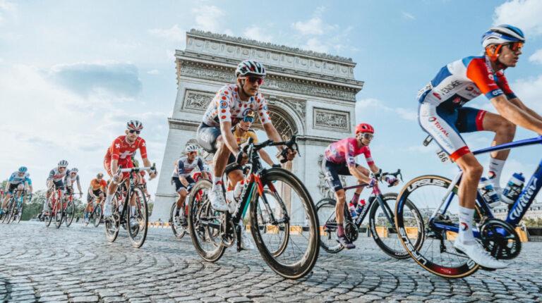 Richard Carapaz dando la vuelta por el Arco del triunfo, en París, en la última etapa del Tour de Francia, el domingo 20 de septiembre de 2020.