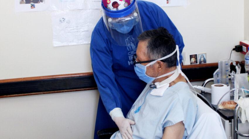 Un médico atiende a un paciente durante una terapia de rehabilitación pulmonar, el miércoles 16 de septiembre de 2020.