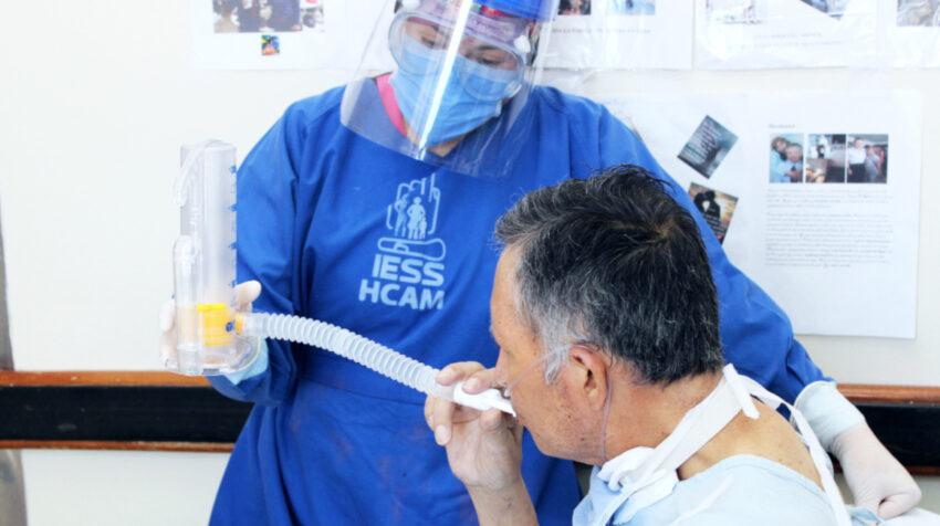 Un paciente hace ejercicios respiratorios en el Hospital Carlos Andrade Marín, el 16 de septiembre de 2020