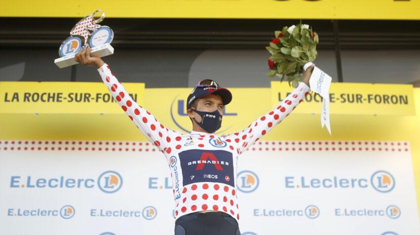 El ecuatoriano Richard Carapaz en el podio del Tour de Francia, luciendo la camiseta de las pepas rojas, el jueves 17 de septiembre de 2020.