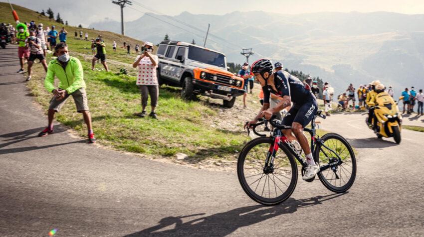 Richard Carapaz en el ascenso de la Etapa 18 del Tour de Francia, el jueves 17 de septiembre de 2020.