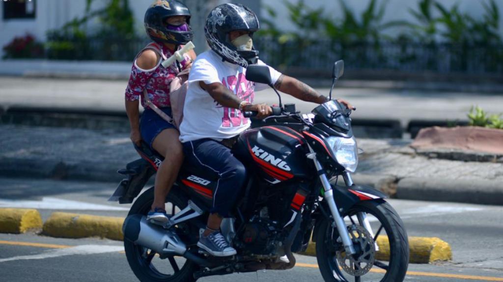 Dos personas en moto no podrán circular en Guayaquil