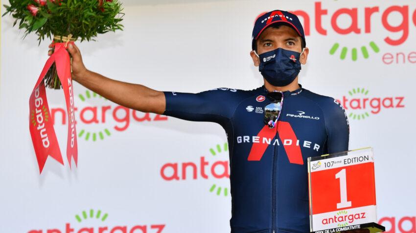 Richard Carapaz con su premio al ciclista más combativo de la Etapa 16 del Tour de Francia, el 15 de septiembre de 2020.