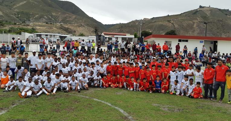Una parte de los futbolistas de Piquiucho después de un entrenamiento en la escuela.